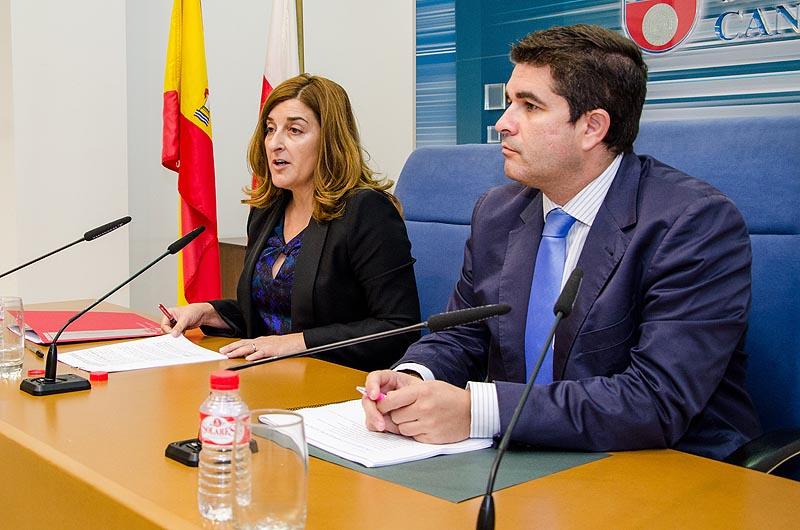 María José Sáenz de Buruaga y Carlos León, gerente del SCS, durante la rueda de prensa